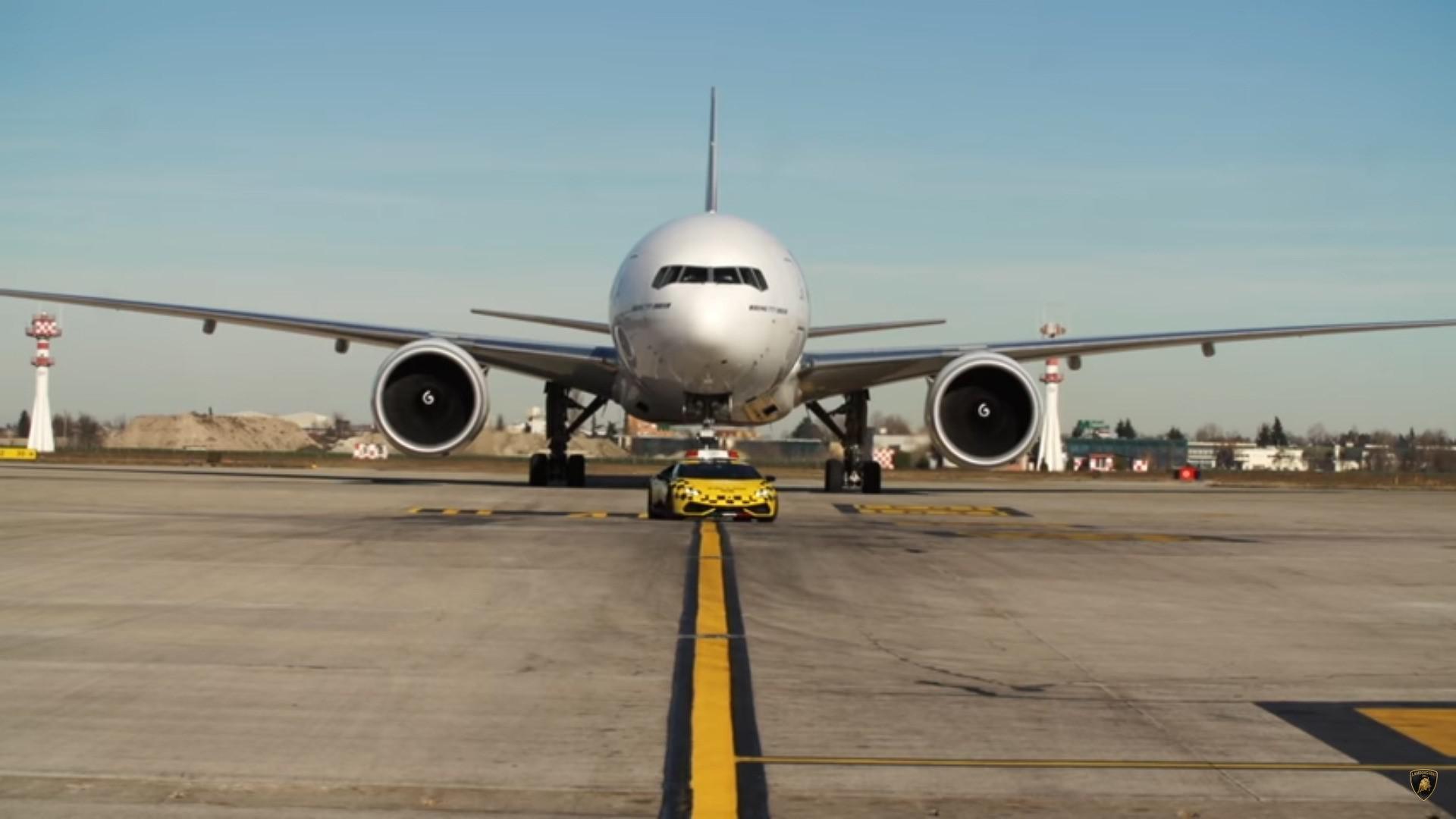 la-superbe-lamborghini-huracan-de-l-aeroport-de-bologne-follow-me-247-2.jpg