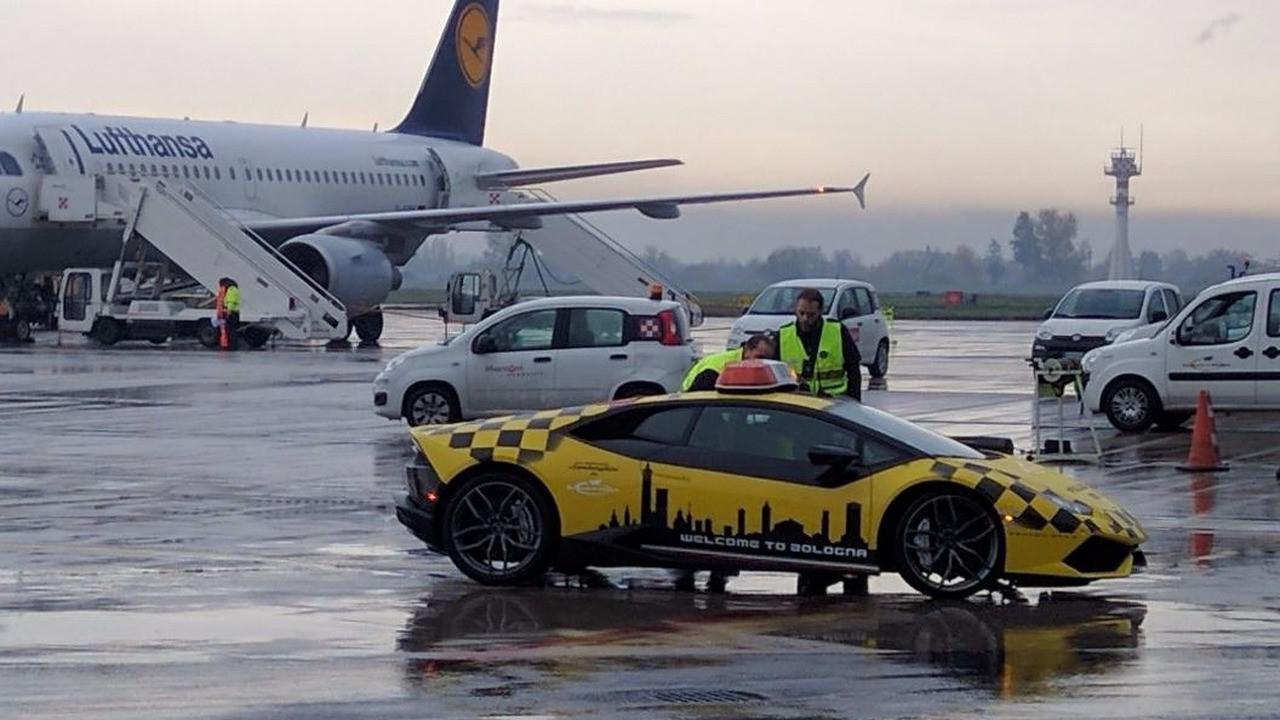 la-superbe-lamborghini-huracan-de-l-aeroport-de-bologne-follow-me-247-4.jpg