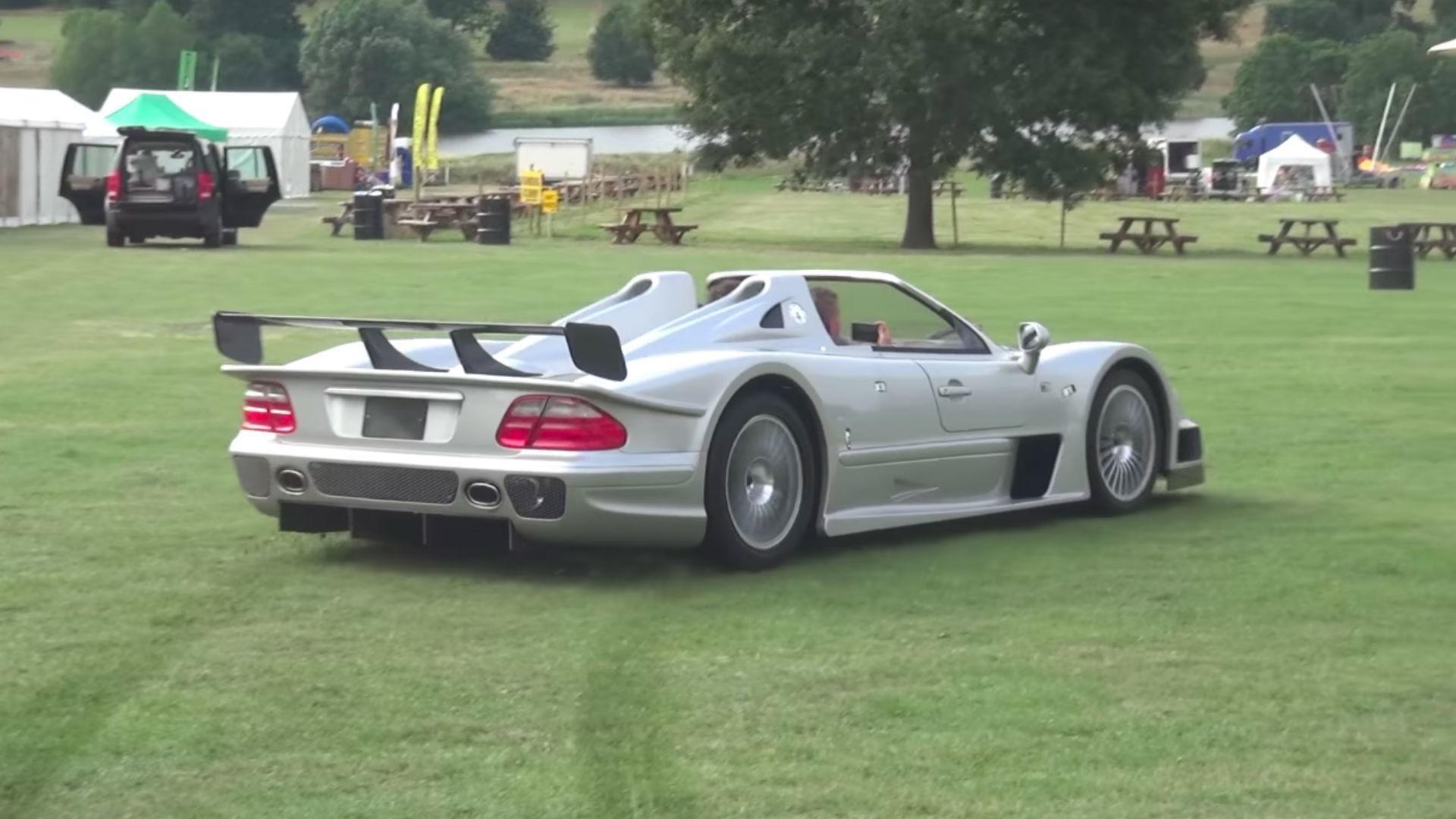 Une Mercedes CLK GTR Roadster se prend pour une voiture de rallye !