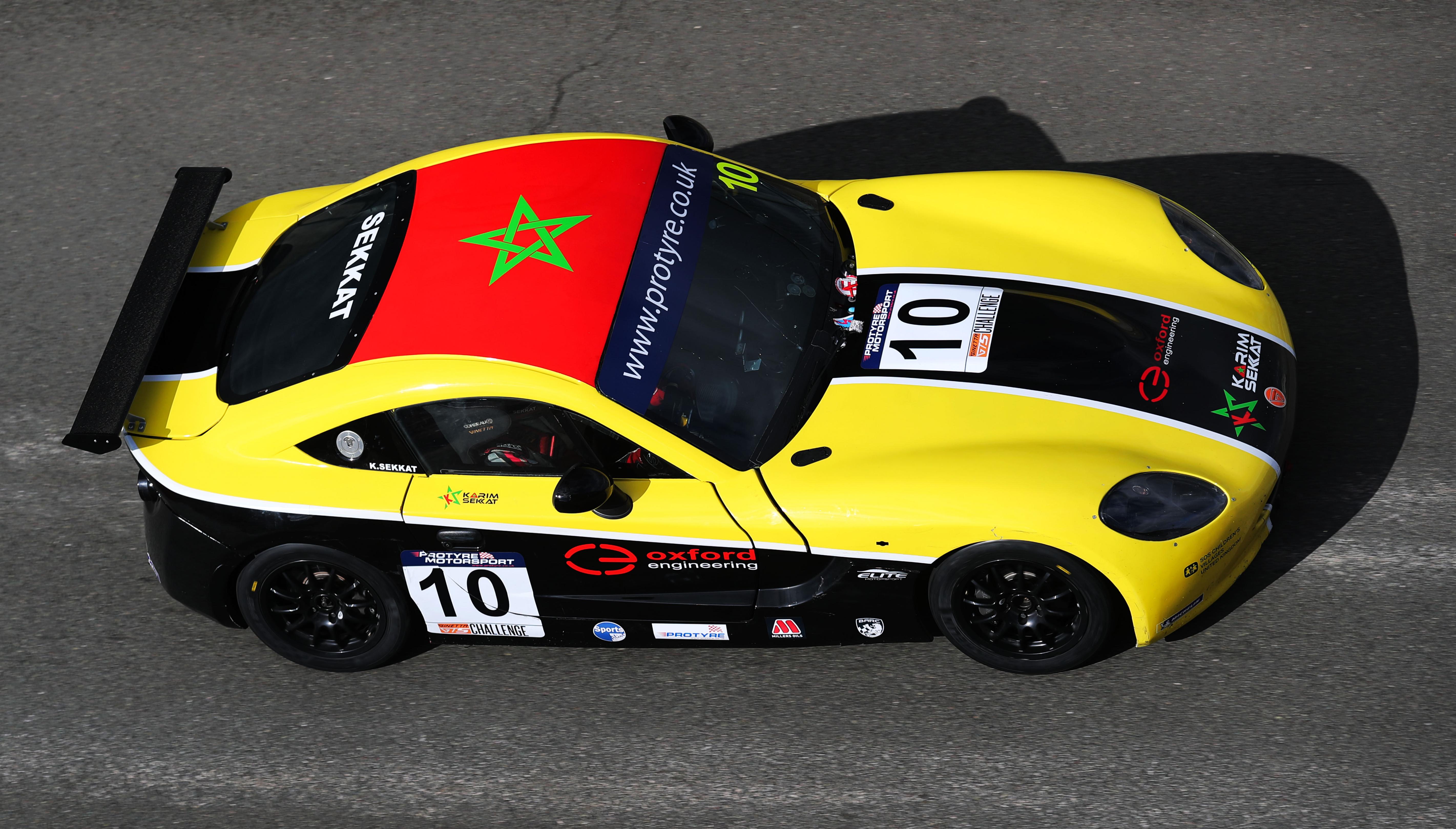 Qui pilote cette voiture avec le drapeau Marocain ?